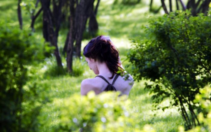 foto-devushek-so-spini-na-prirode