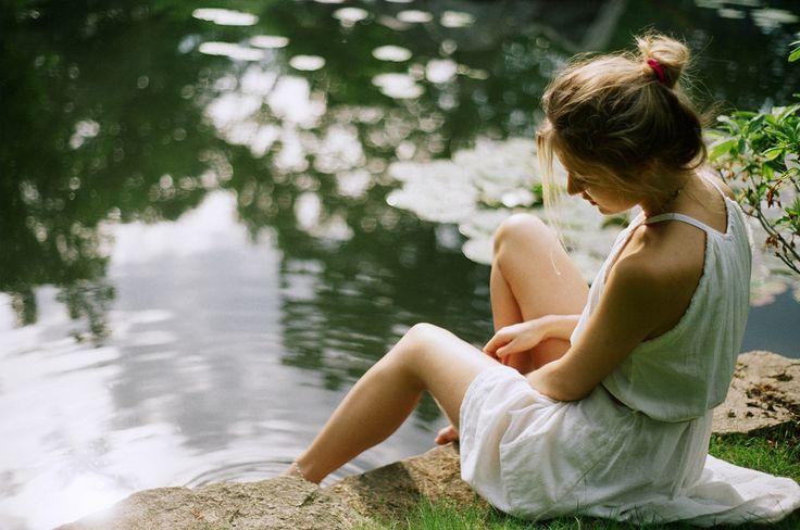 картинка девушка спиной сидит