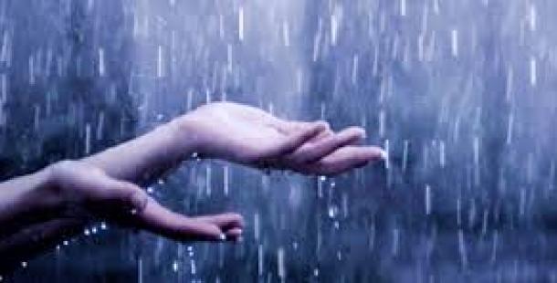 девушка ловит дождь