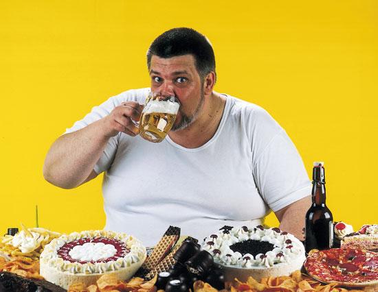 мужчина ест торт картинки