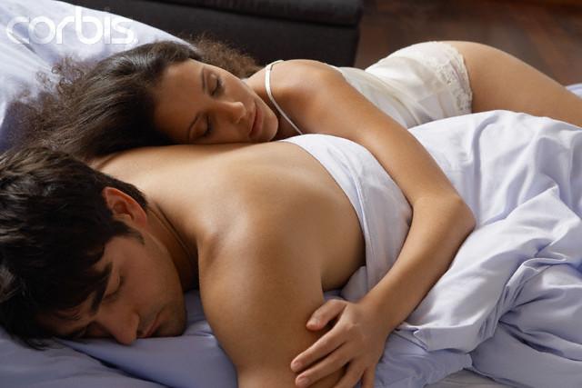 Пежня с женщиной под одеялом со спящей 36