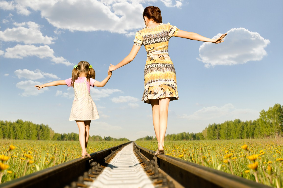 картинка дочка с мамой идут за руку назначенный день