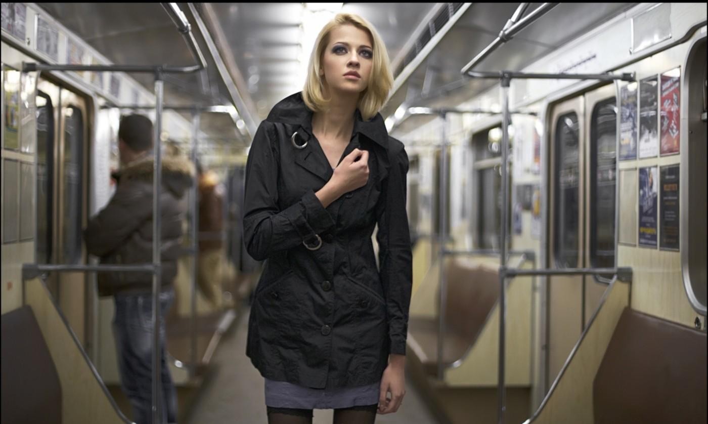 Фото красивая девушка в метро 2 фотография