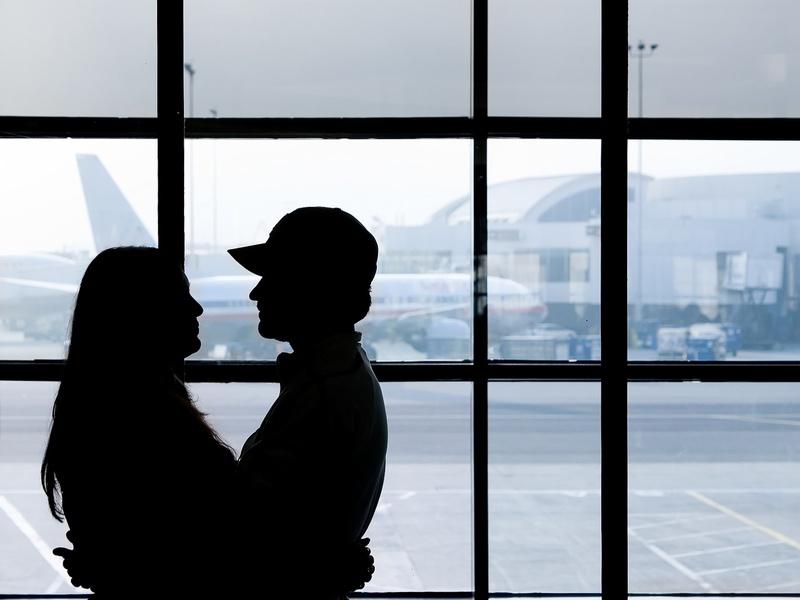 Любовь - это встречать в аэропорту