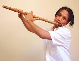 Играет на флейте фото