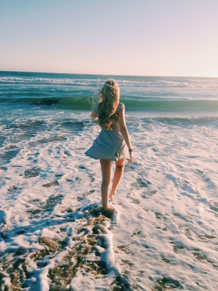 Фото девушек в море на аву со спины