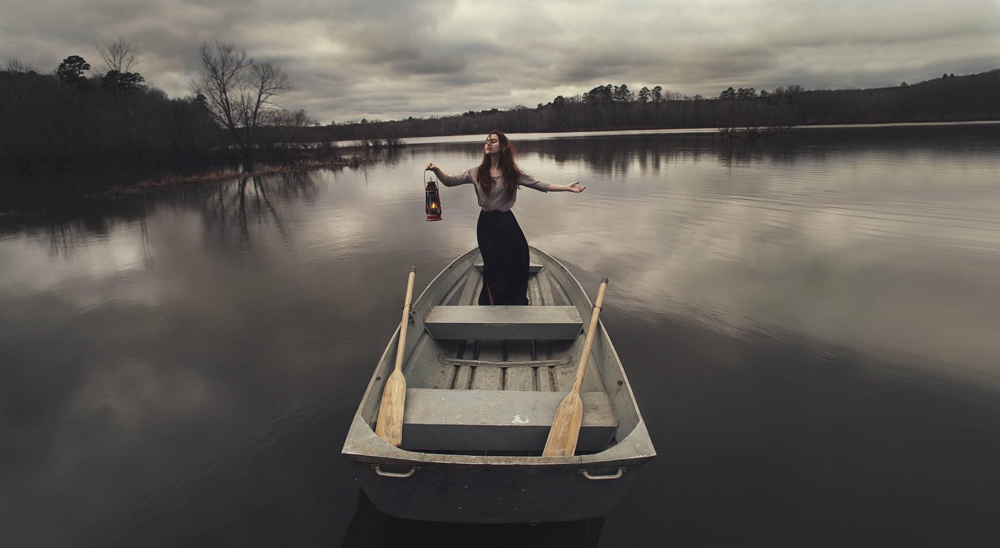 девушка с веслом на лодке