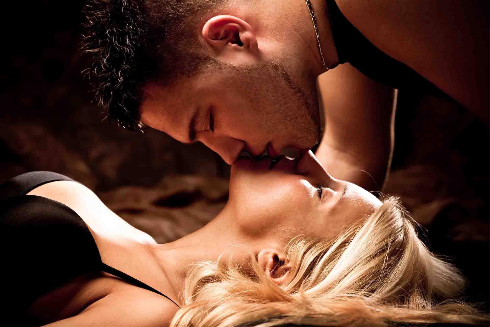 Секс блондинки в нежных поцелуях секс