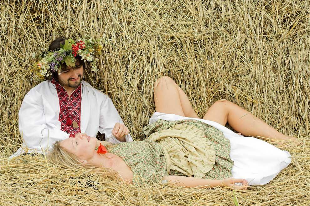 Русский секс в русской деревне отсос под столом