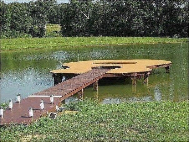 мостик на озере для рыбалки