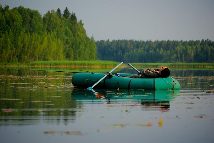 река сужается и стремительно уносит лодку