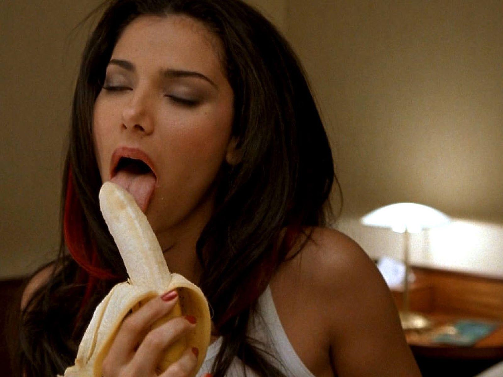 Сексуально ест банан