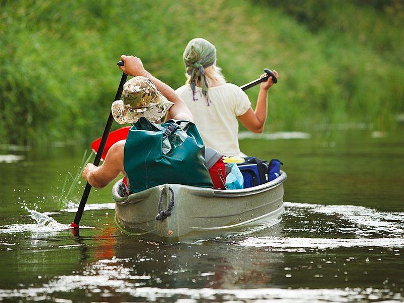 каталась на лодке на канале где много плавает всего