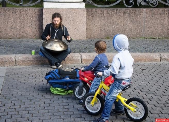 Уличный музыкант и там-там