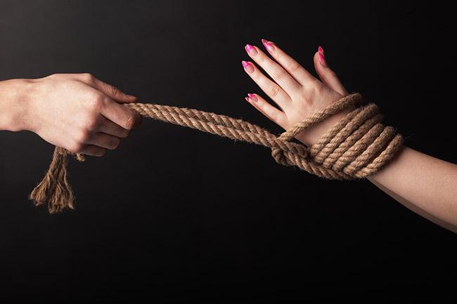 ты стянула мои руки веревками использовали забыли