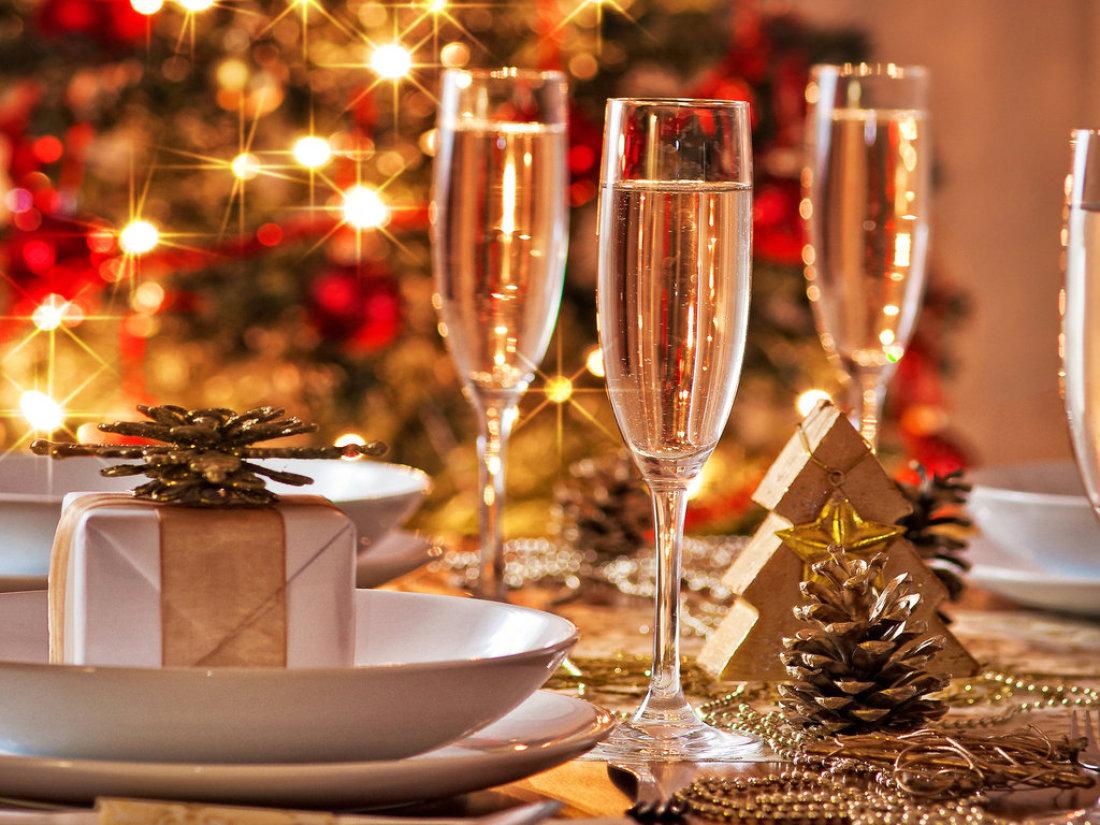 Открытка с новогодним столом