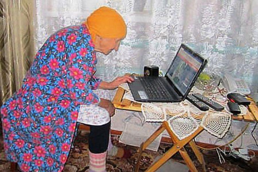 старая бабушка перед компьютером фото