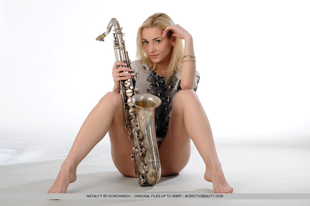 Раздетая музыкальная девушка полна безумств (картинки)