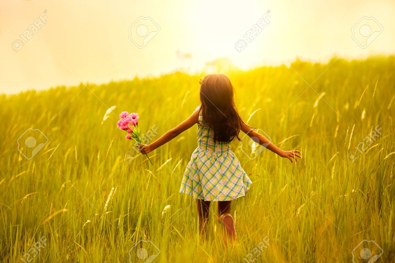 Девушка бежит по лугу фото