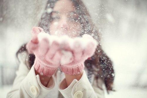 ловит снег руками