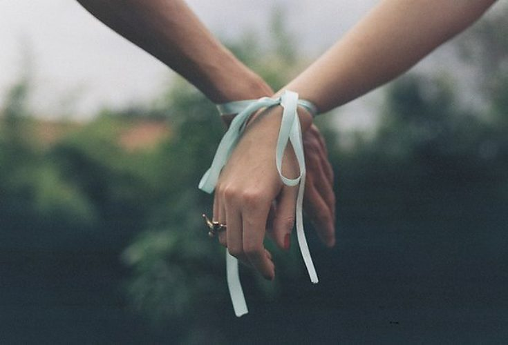Связала крепко руки мои