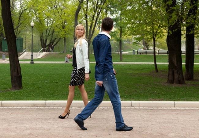 познакомились с девушкой и отодрали в парке