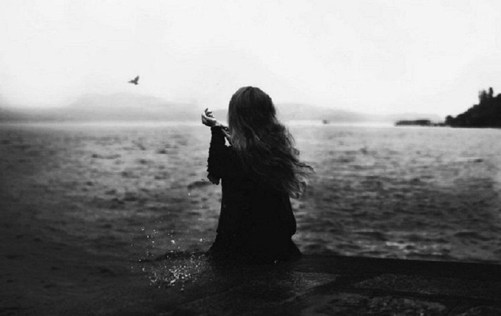Картинки девушки у моря черно белые