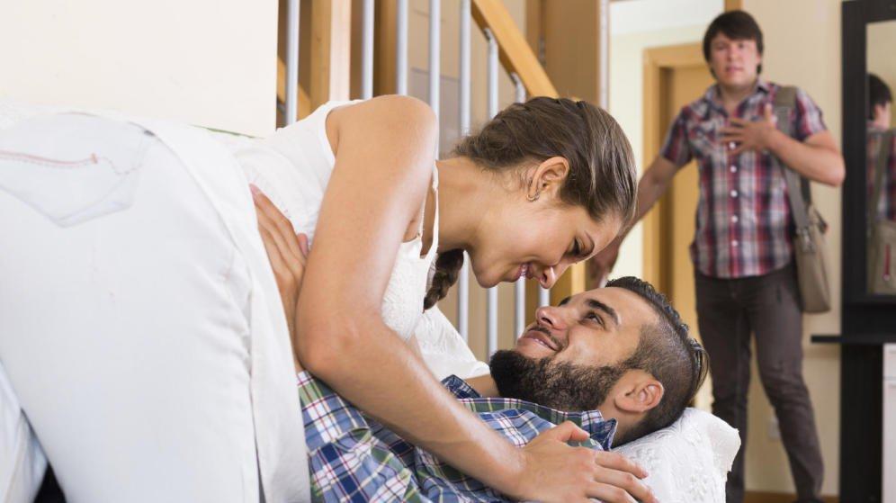 ебут работы смотреть спящих жон с мужья приходят онлайн и