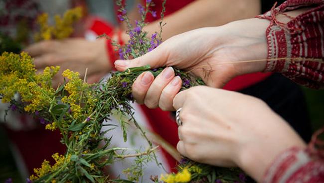 Плетение венка из трав