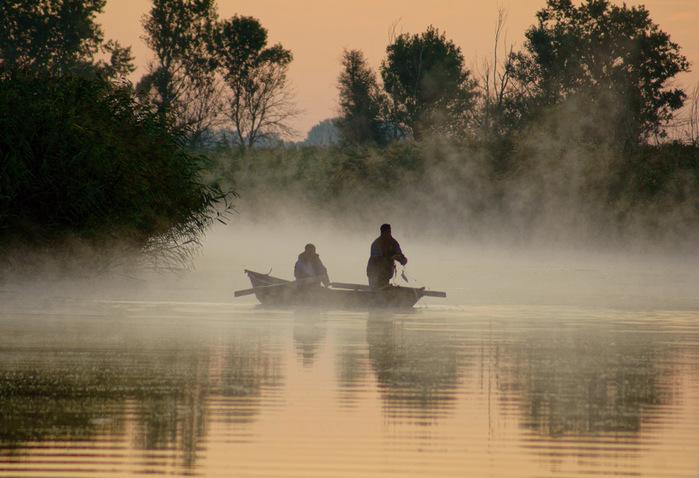 рыбаки на тоне в реке