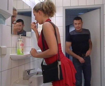 Фаллоимитатор в стене туалета — pic 11