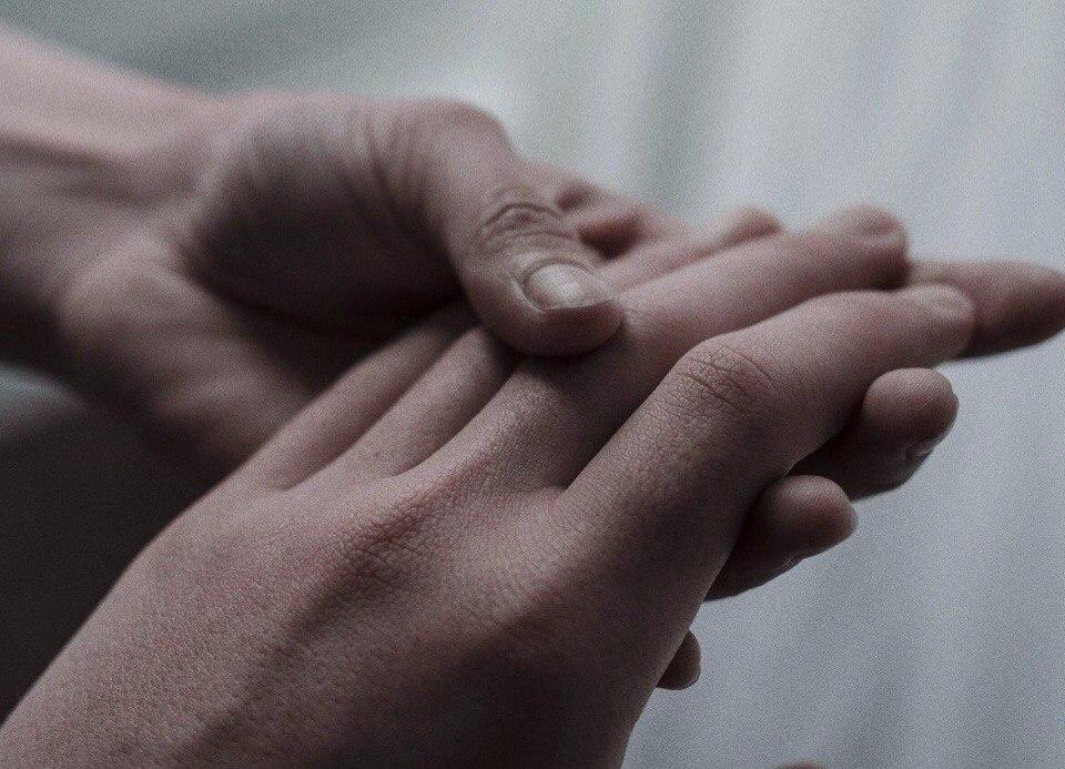 Открытка обнимающие руки