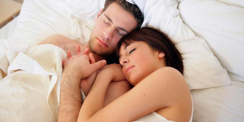 смотреть мужчина в постели