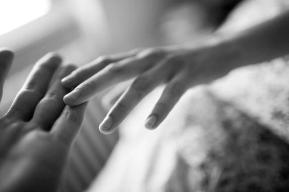 Он заключил ее руки в своими руками