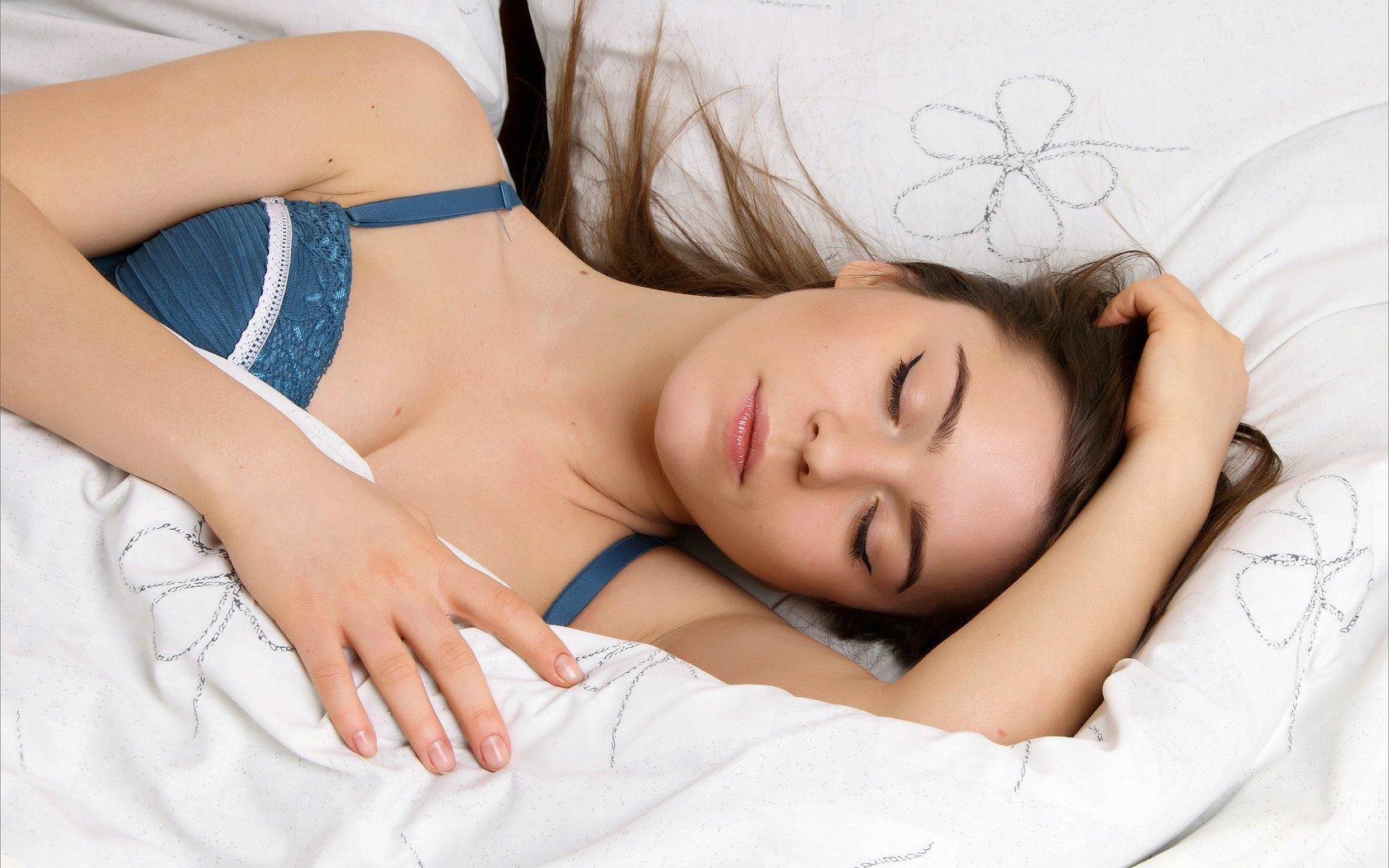 женщина красиво спит