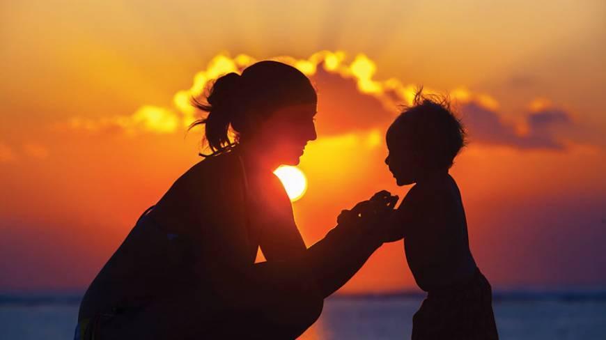 Марта, картинки мама с ребенком на руках в лучах солнца