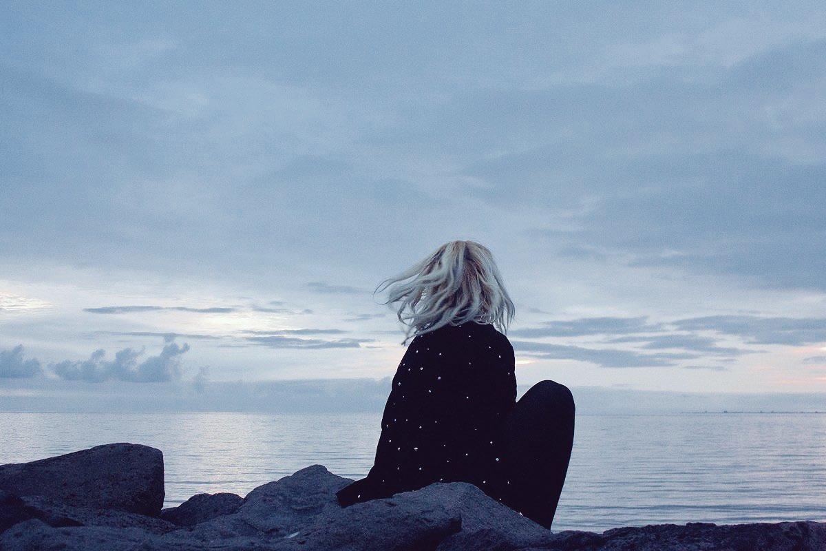 Картинки девушка у моря грустные