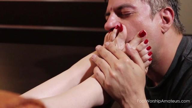 Облизывают сосут целуют и ласкают женски ножки