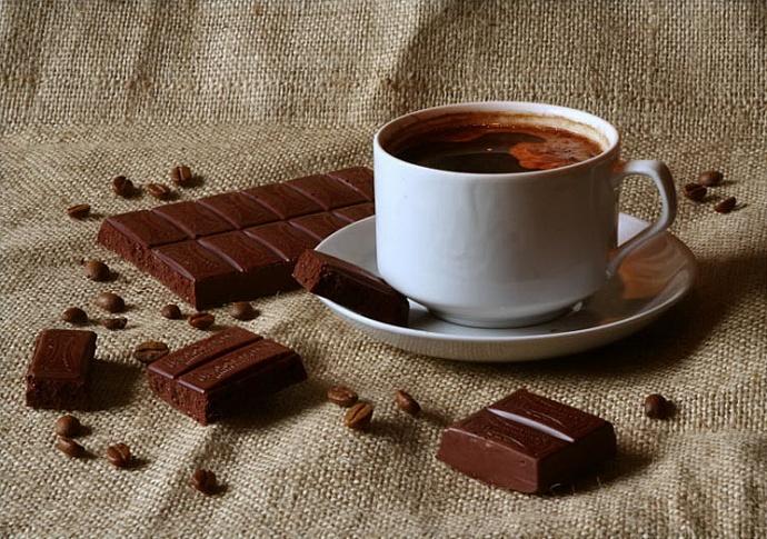 Смешной, шоколадка и чай открытка