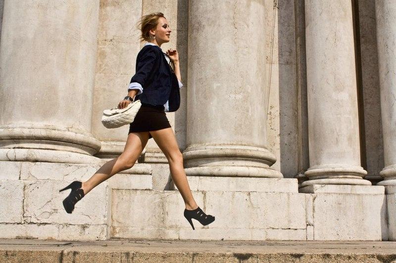 Картинка девушка бежит на работу работа онлайн нарткала