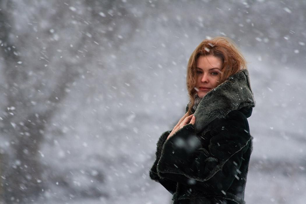 Гифка зима падает снег одинокая женщина