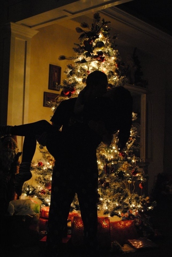 проходила весело, фото человек стоит спиной к елке сомнения