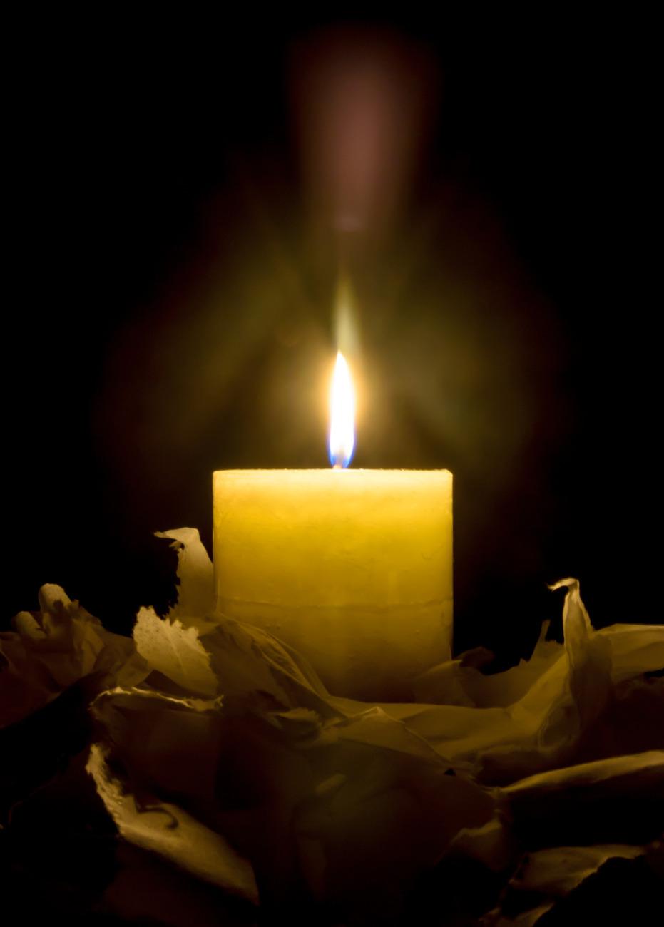 человек картинки с траурными свечами мать