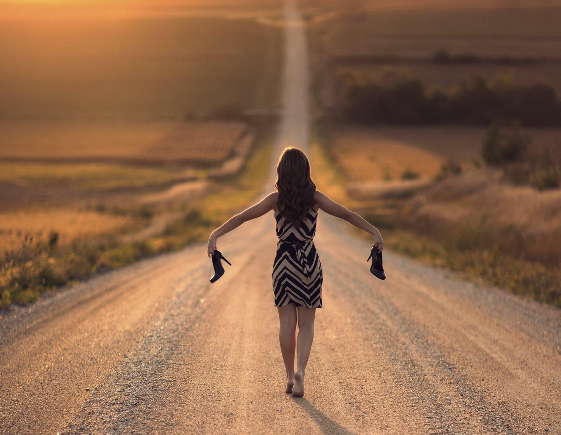 Картинка девушка уходящая в никуда