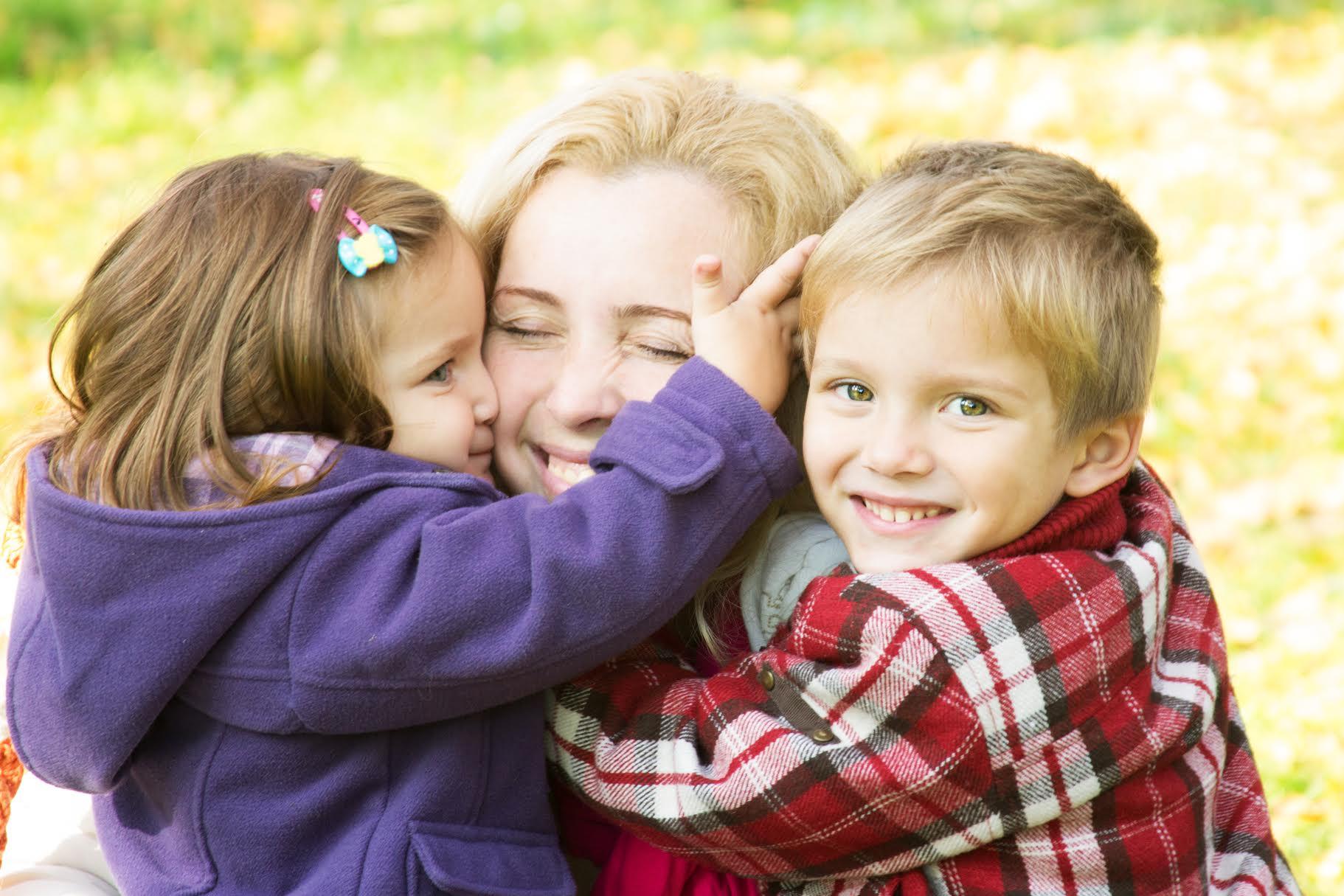 Картинка мама и ребенок обнимаются