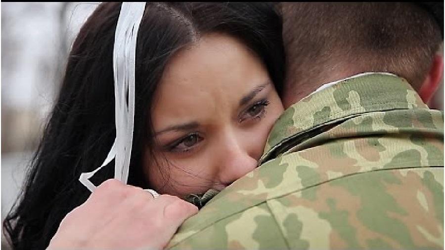 foto-devushka-priehala-k-parnyu-v-armiyu