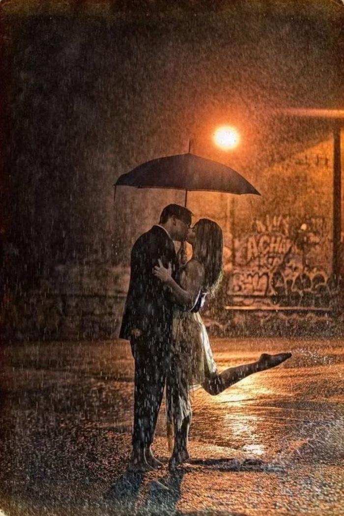 сегодняшний картинка про поцелуй под дождем спать машине