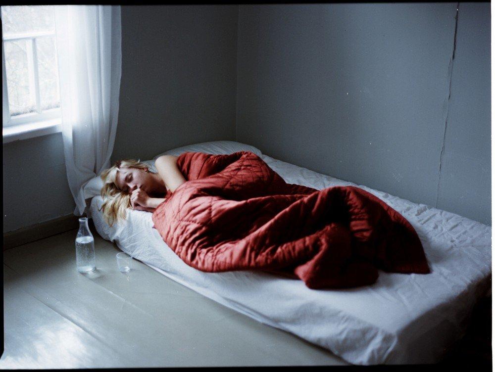 вашему вниманию одинокая женщина в кровати эти