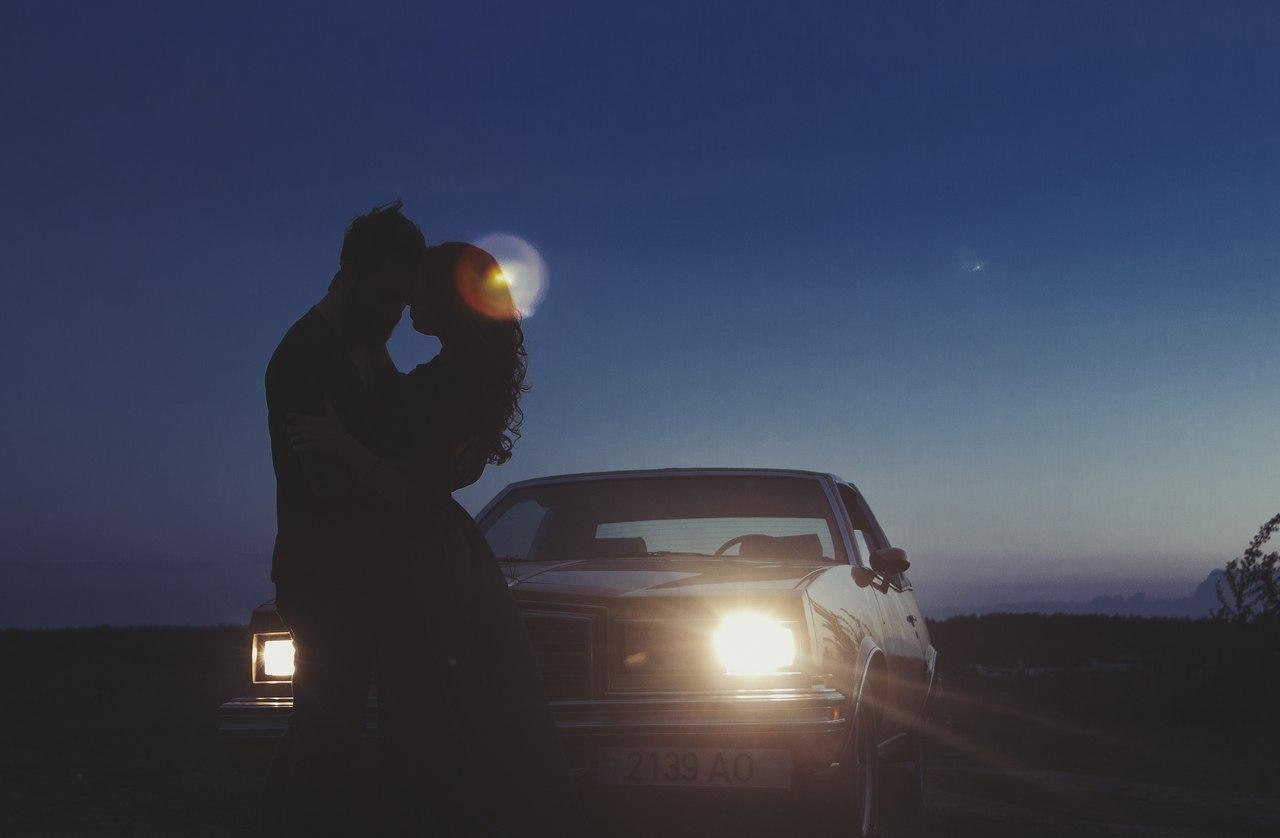 пацан с машиной на закате здесь
