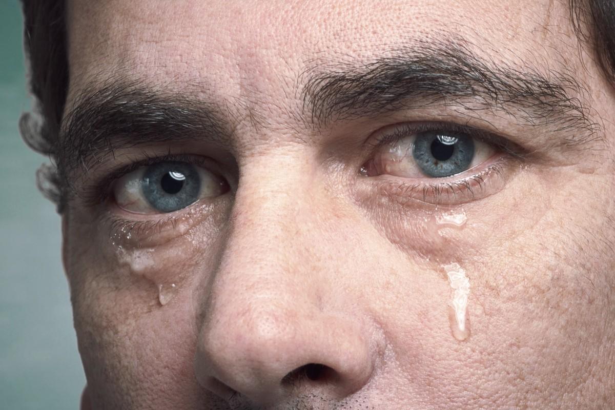 Картинка мужской глаз со слезой держался год